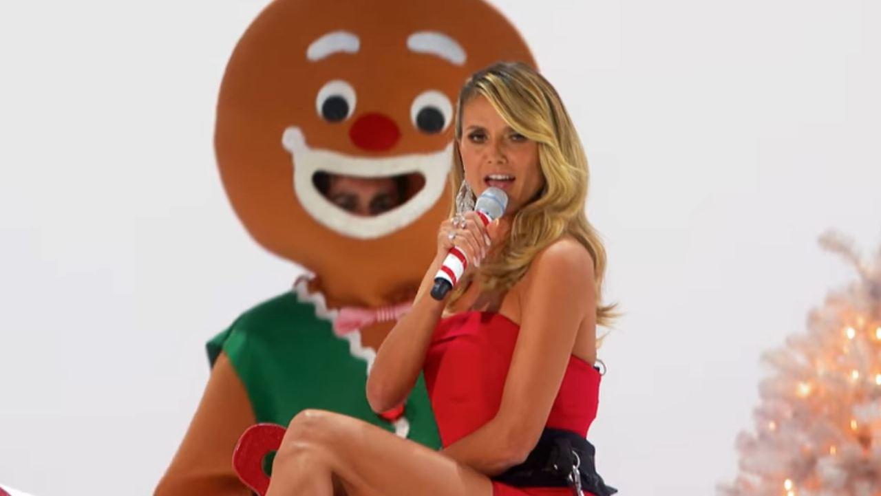 Jetzt singt sie auch noch!: Heidi Klum macht das Santa Baby - n-tv.de