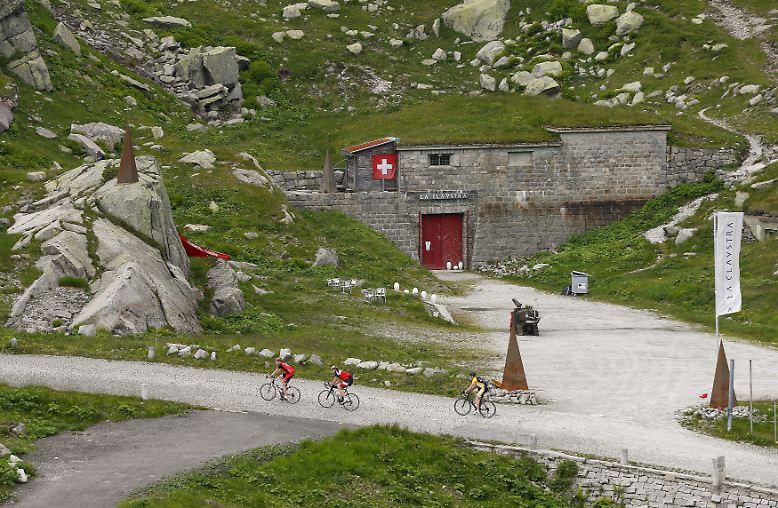 "In 200 Metern Höhe am Gotthardpass liegt das Felsenhotel ""La Claustra""."