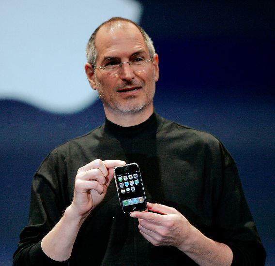 Am 9. Januar 2007 stellte Steve Jobs das erste iPhone auf der Macworld Conferenz im Moscone Center in San Francisco vor.
