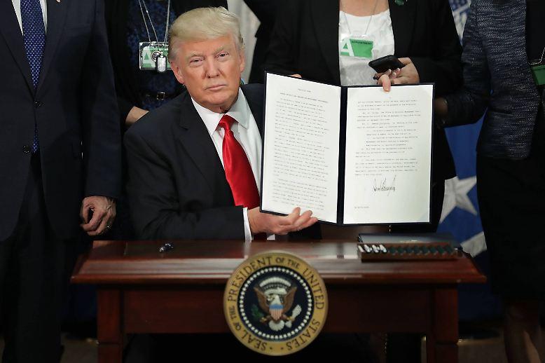 In US-Medien kursiert schon der nächste Entwurf zur Einwanderungspolitik. Das Dekret könnte die Einreise für Flüchtlinge und Visumsträger aus den Ländern Irak, Iran, Libyen, Somalia, Sudan, Syrien und Jemen einschränken. Die Bürger dieser Länder sollen vorübergehend keine Visa mehr für die USA bekommen.