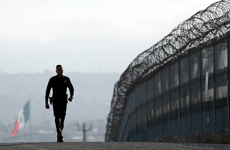 Das entspricht ungefähr der Entfernung von Hamburg nach Kairo. Eine Mauer auf dieser Länge ist ein Bauprojekt der Superlative.