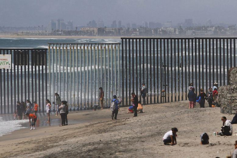 Insgesamt misst die gemeinsame Grenze der Staaten, hier an der Pazifikküste bei San Diego, rund 3144 Kilometer.