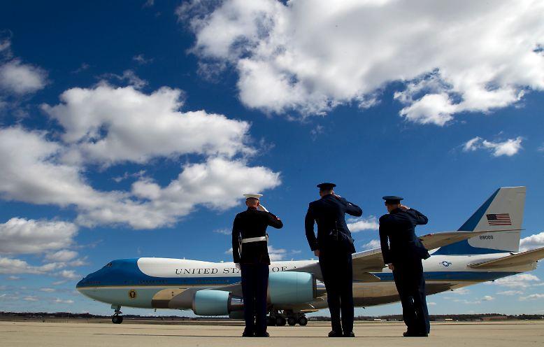 """Die Präsidentenmaschine """"Air Force One"""" bleibt auf der US-Luftwaffenbasis Andrews nahe Washington zurück: Per Hubschrauber reist Trump nach Virginia weiter, wo er Seeleute und Schiffbauer des im Bau befindlichen Supercarriers """"USS Gerald R. Ford"""" treffen wird."""