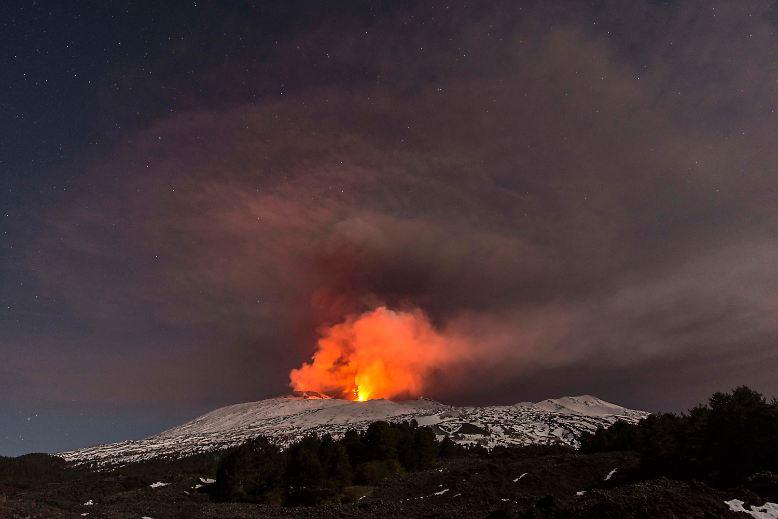 Der Ätna auf Sizilien ist einer der aktivsten Vulkane der Welt. Seit Ende Februar 2017spuckt er nach über einem Jahr wieder Lava. An der südöstlichen Flanke des 3000 Meter hohen Vulkanbergs ...