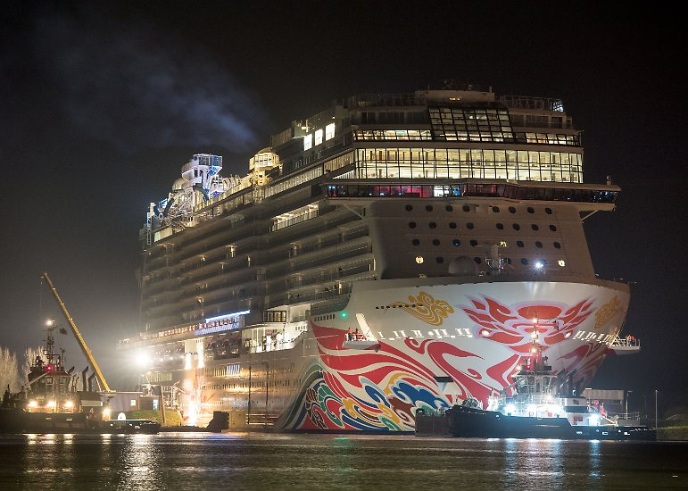 """Sie ist das größte Schiff, das je auf der Meyer-Werft gebaut wurde -  und zugleich das viertgrößte Passagierschiff der Welt: die """"Norwegian Joy"""". Nun ist sie auf dem Weg über die Ems in die Nordsee. Schon in der Nacht verlässt der Ozeanriese ..."""