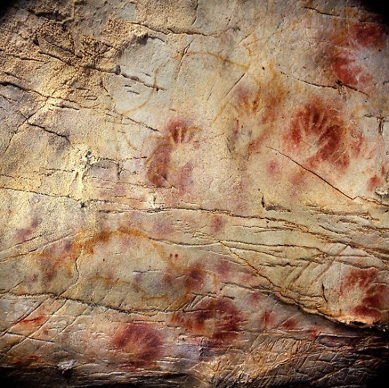 Sie sehen aus wie zeitgenössische Graffiti, dabei sind sie rund 40.800 Jahre alt: Die Handabdrücke in der ...