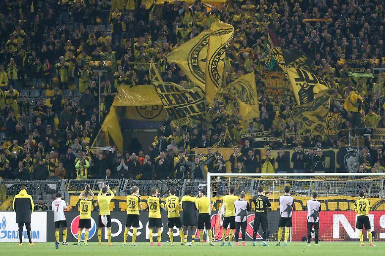 Völlig erschöpft standen die Spieler von Borussia Dortmund vor der Südtribüne.