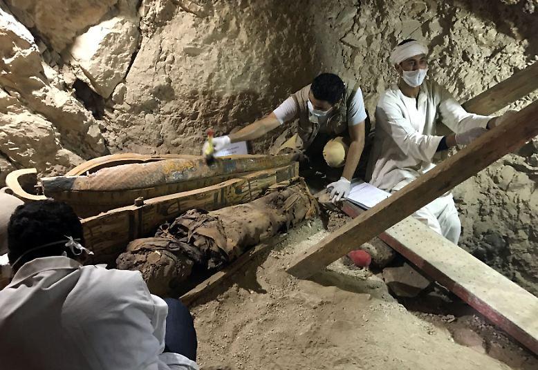 In einem gut erhaltenen Grab aus der Zeit der Pharaonen haben Archäologen acht Mumien, ...