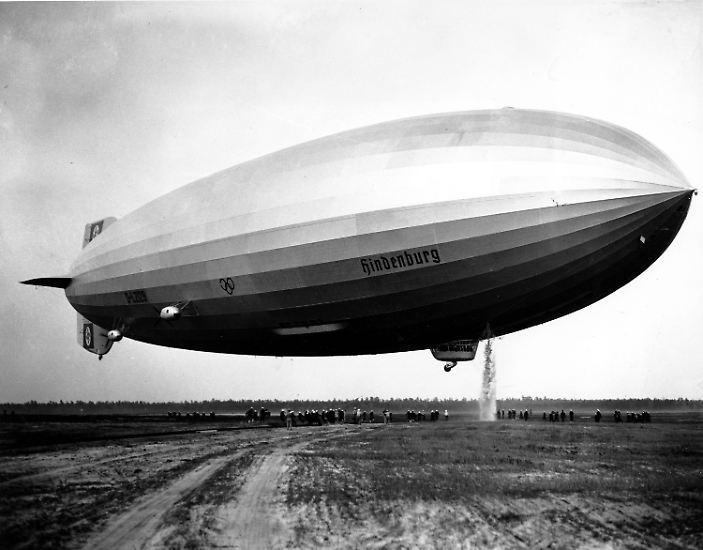 """Der Zeppelin """"Hindenburg"""", benannt nach dem deutschen Reichspräsidenten Paul von Hindenburg, galt als die """"Titanic der Lüfte"""" und ..."""