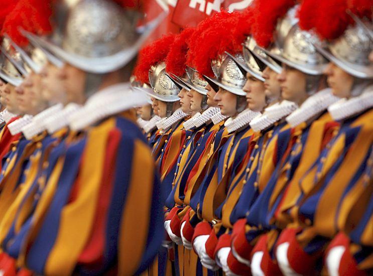 Wenn ein Tourist sich in Rom dem Petersdom nähert und zum ersten Mal die jungen Männer in den bunten Uniformen sieht, ihre aufgerichteten Hellebarden und ihren entschlossenen Blick, dann beschleicht den Besucher mitunter eine Frage: ...