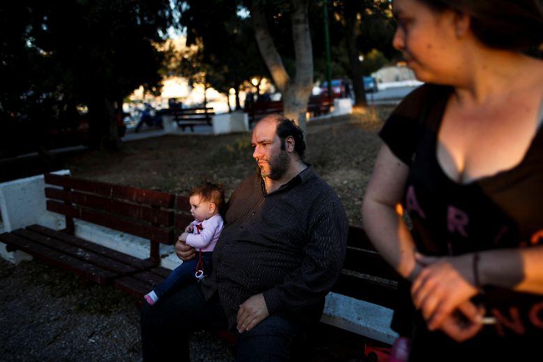 Wirtschaftsexperten sehen schwarz für die Menschen in Griechenland. Denn durch die neuen Auflagen der internationalen Gläubiger muss die Regierung Alexis Tsipras noch mehr sparen.