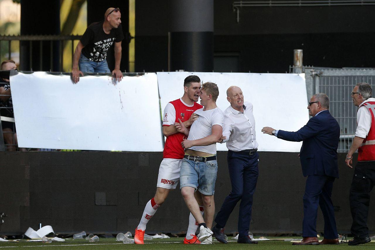 Niederlande: Relegationsspiel wegen Fan-Krawallen unterbrochen
