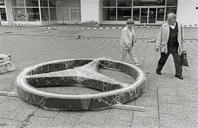 """Berlin in den Neunzigern: Die Mauer ist gefallen, die Stadt hat ihren Inselstatus verloren, alte Strukturen lösen sich auf, Freiräume entstehen. Der Band """"Berlin Heartbeats"""" zeigt spannende Bilder aus der Zeit und lässt Künstler und Clubbetreiber erzählen. Hier einige der Fotos aus dem Band: Am Alexanderplatz, 1993."""