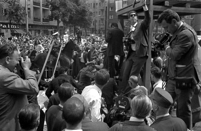 """Schlacht am Tegeler Weg"", Schah-Besuch, Dutschke-Attentat, Vietnamkongress: Der Fotograf ..."