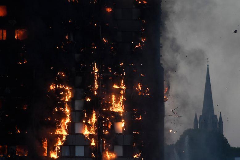 Es ist mitten in der Nacht, als am 14. Juni vor einem Jahr im Grenfell Tower im Londoner Stadtviertel North Kensington ein Feuer ausbricht.