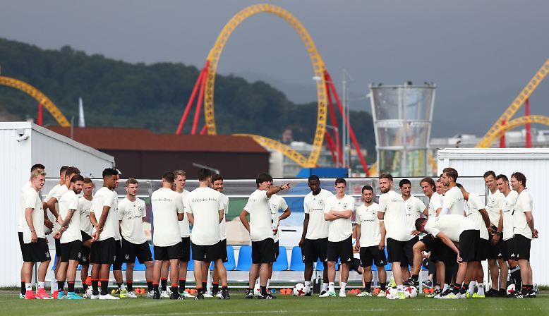 … nicht unbedingt bis nach Russland schweifen, wo die deutsche A-Nationalmannschaft von Trainer Joachim Löw zum Confed Cup weilt, …