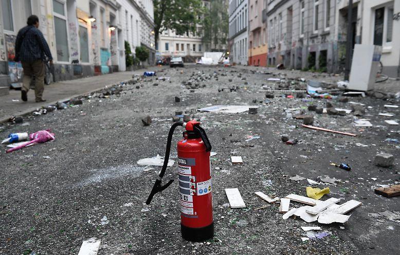 Katerstimmung in Hamburg. Am Morgen nach den Randalen im Schanzenviertel sind die Straßen mit Müll und Pflastersteinen bedeckt, ...