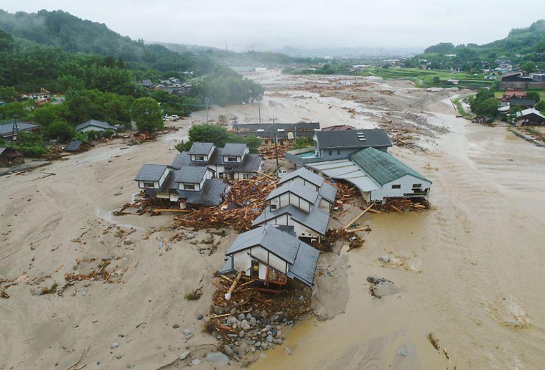 Straßen, Autos, Bäume und Häuser werden durch die Wassermassen einfach weggeschwemmt.