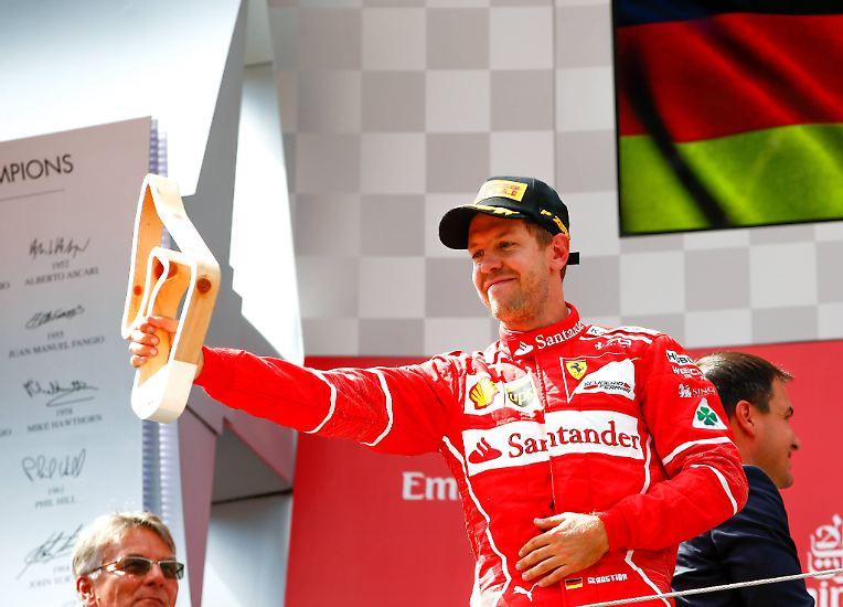 Wieder kein Sieg, aber  WM-Führung ausgebaut: Ferrari-Star Sebastian Vettel hat sich im  heißen Formel-1-Titelkampf mit Lewis Hamilton zwar mehr Luft  verschafft, seinen ersten Triumph beim Großen Preis von Österreich  jedoch um eine halbe Sekunde verpasst.