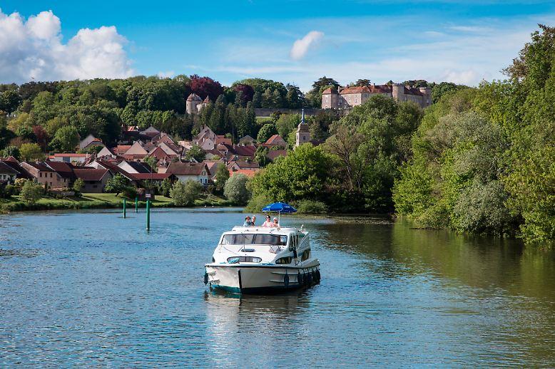 Fotograf Holger Leue nimmt Sie mit zu den schönsten Hausbootrevieren Europas. Zum Beispiel zu dieser traumhaften Kulisse auf der Petit Saône in Burgund-Franche-Comté. Das  charmante Örtchen Ray-sur-Saône mit seinem Schloss begrüßt die Bootsinsassen schon von Weitem.