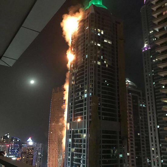 """Mehr als 80 Stockwerke hoch ist der """"Torch Tower"""", der """"Fackel-Turm"""" in Dubai. In der Nacht zum 4. August 2017 bricht hier ein Feuer aus."""