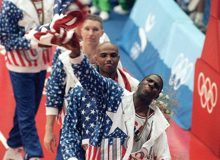 """""""Dream Team""""- zwei Wörter, die mehr repräsentieren als die US-amerikanische Basketball-Mannschaft, die bei den Olympischen Sommerspielen in Barcelona 1992 überlegen Gold gewann."""