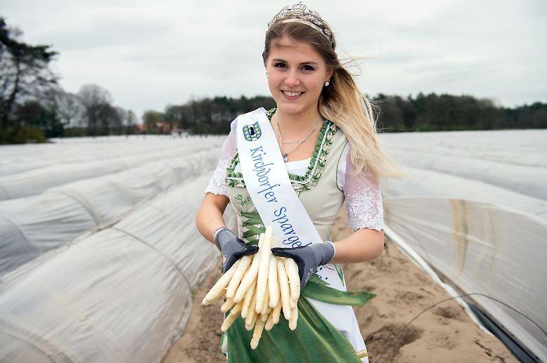 Die neue Spargelkönigin von Kirchdorf in Niedersachsen Sarina Kynast hatte vor ihrem Amtsantritt eigentlich wenig mit dem königlichen Gemüse zu tun. Dennoch wird die 19-jährige Bürokauffrau die kommenden zwei Jahre ehrenamtlich ihre Gemeinde auf den Spargelfesten repräsentieren. Na dann: Gutes Regieren!