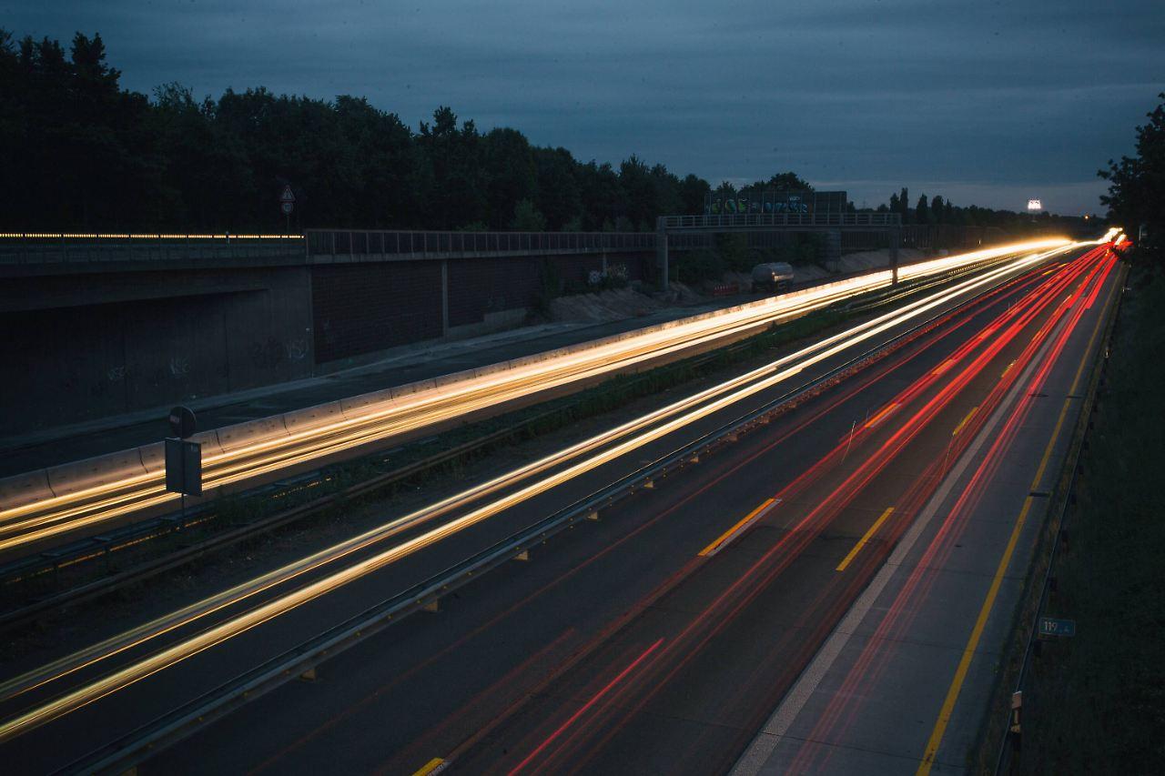 Lkw-Fahrer bei Reifenwechsel auf der A3 von Auflieger erdrückt class=