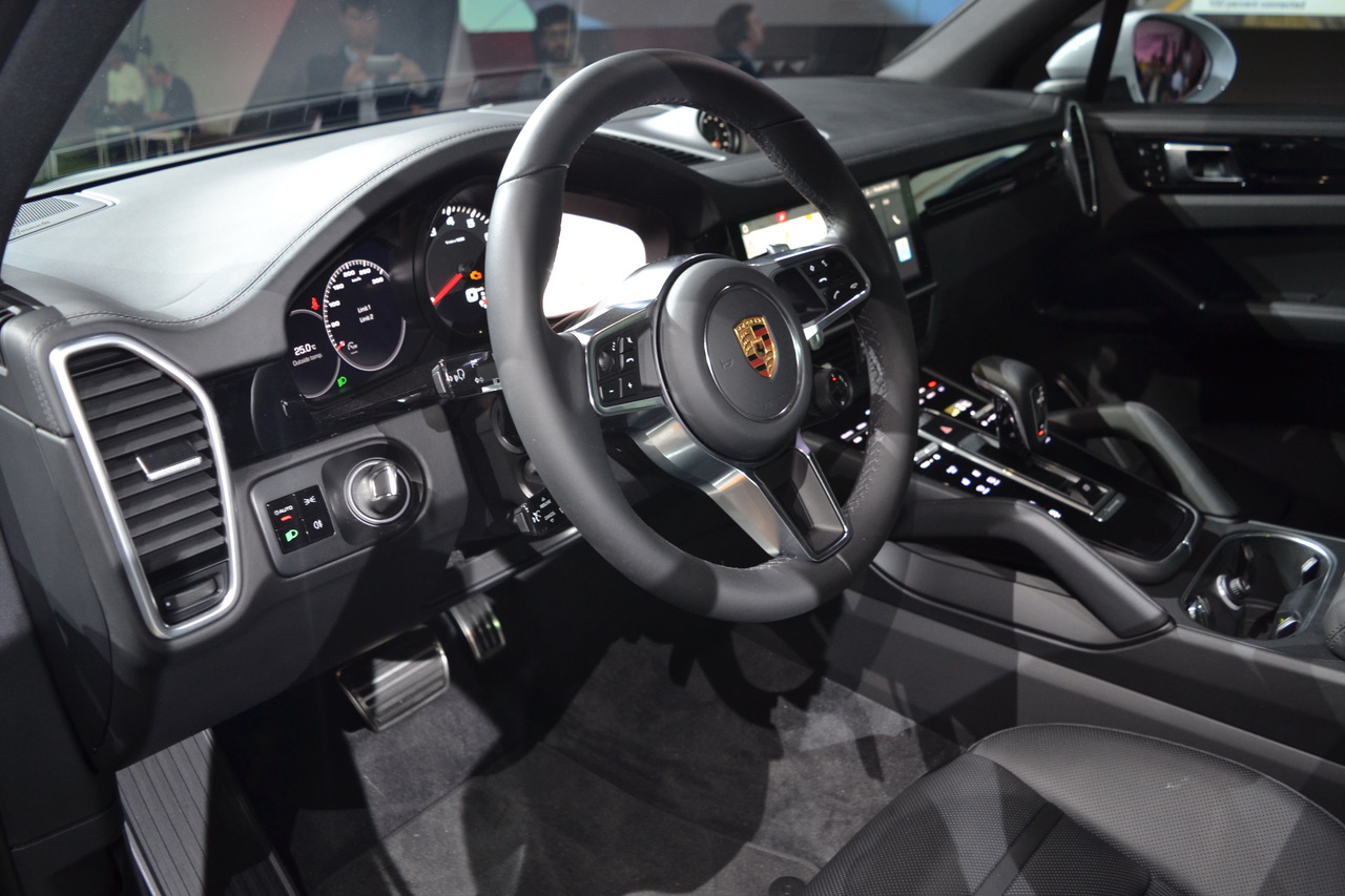mehr anleihen beim 911 neuer porsche cayenne feiert. Black Bedroom Furniture Sets. Home Design Ideas