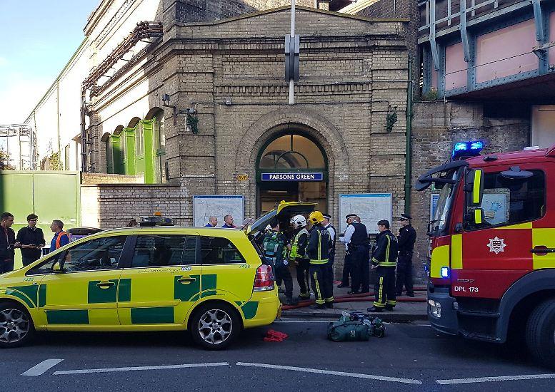 Cứu trợ tại nhà ga Parsons Green (Ảnh Reuters)