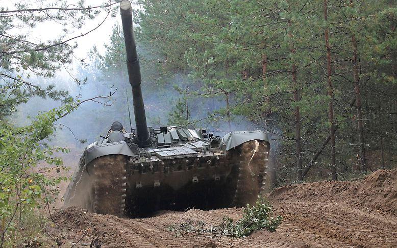 """Ist das nur eine Übung oder schon eine politische Drohgebärde? Zum alle vier Jahre stattfindenden Großmanöver """"Sapad"""" mobilisieren Russland und das verbündete Weißrussland diesmal schweres Kriegsgerät, darunter Kampfpanzer, Hubschrauber und mobile Raketenabschussrampen."""