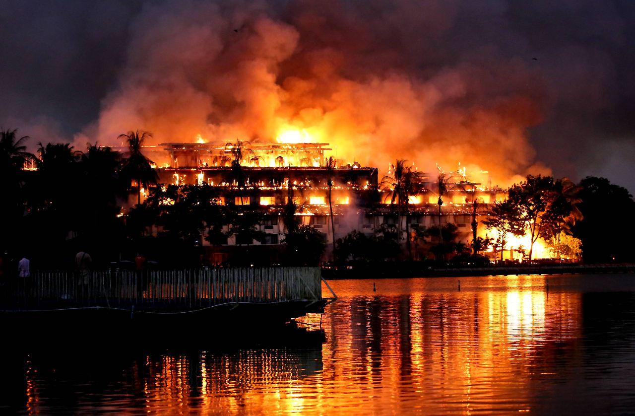 ein wahrzeichen ist vernichtet brand zerst rt teakholz hotel in rangun n. Black Bedroom Furniture Sets. Home Design Ideas