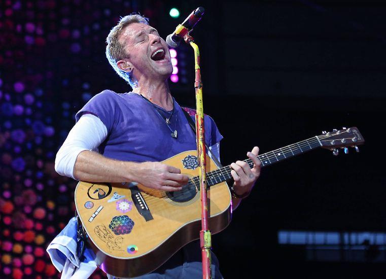 """Als Überraschungsgast gab Coldplay-Sänger Chris Martin ein selbst komponiertes Lied über ihr berühmtes Lächeln - """"Julia Roberts' Smile"""" - zum Besten. """"Eine halbe Meile breit"""", """"wie ein großartiger Stern"""", """"ein Lächeln, das die ganze Welt erleuchtet"""", säuselte er."""