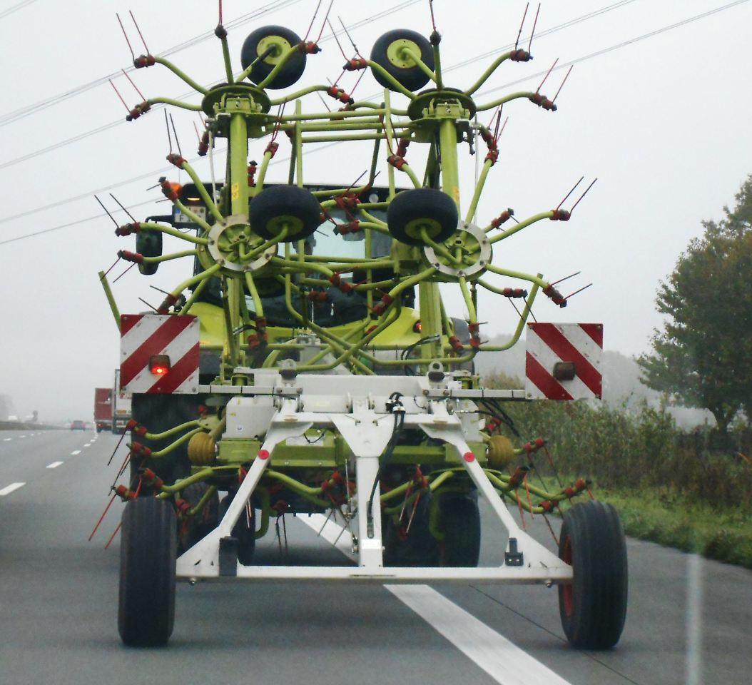 Bekiffter Bauer tuckert mit Trecker über die Autobahn