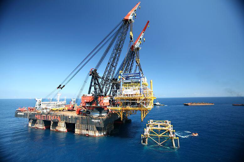 Der halb tauchende Japaner namens Hermod liegt bis zu 28,2 Meter unter der Wasseroberfläche. Das Kranschiff belegt mit seiner Tragfähigkeit von 8100 Tonnen Platz 5 im Ranking. (Quelle: Maschinensucher.de)