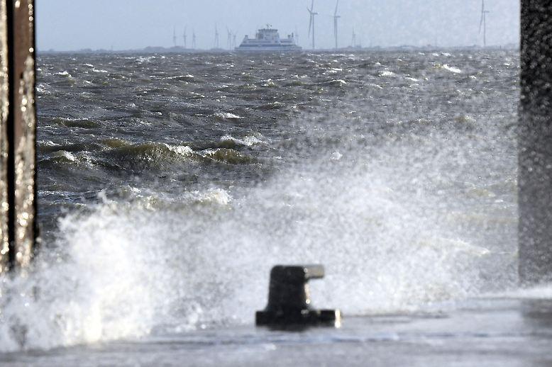 """Mit voller Wucht trifft Sturmtief """"Herwart"""" Norddeutschland. An der Nordsee werden Windgeschwindigkeiten über 120 km/h gemessen."""