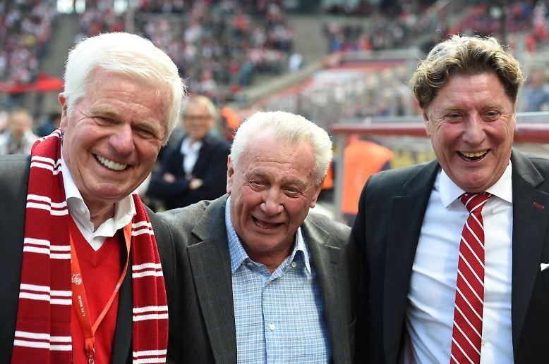 """Köln-Präsident Werner Spinner (l.) sagt: """"Als Weltmeister und größte Ikone dieses Klubs ist Hans Schäfer unsterblich."""" Schumacher ist sicher, dass """"die FC-Familie mit ihm einen Kölner Giganten"""" verliert. (ara)"""
