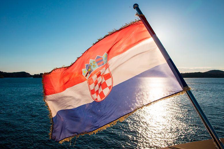 Auf geht es auf eine Reise entlang der dalmatinischen Küste mit Bildern von Holger Leue und Lars Böhnke. Unbeschwertes Loslassen unter der Sonne und Flagge Kroatiens - das ist an Bord von kleinen Kreuzfahrtschiffen bestens möglich.