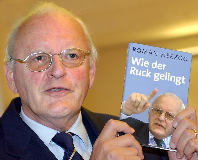 """Roman Herzog war von 1994 bis 1999 Bundespräsident Deutschlands. Die berühmteste Rede seiner Amtszeit, die als """"Ruck-Rede"""" in die Geschichte einging, hielt er 1997: """"Durch Deutschland muss ein Ruck gehen. Wir müssen Abschied nehmen von liebgewordenen Besitzständen. Alle sind angesprochen, alle müssen Opfer bringen, alle müssen mitmachen."""""""