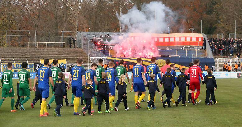 Keine Tore, aber jede Menge Aufregung: Beim 0:0 im 101. Leipziger Stadtderby zwischen den beiden Regionalligisten Lok und BSG Chemie kommt es zu den befürchteten Ausschreitungen.