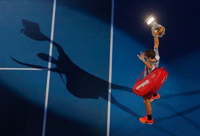 29. Januar - Acht Jahre spielen auch im Leben dieses Mannes eine große Rolle. Denn so viele Jahre muss Roger Federer warten, bis er ein weiteres Mal im Australian-Open-Finale Rafael Nadal gegenübersteht. Dieses Mal entscheidet Federer das Match aber für sich.