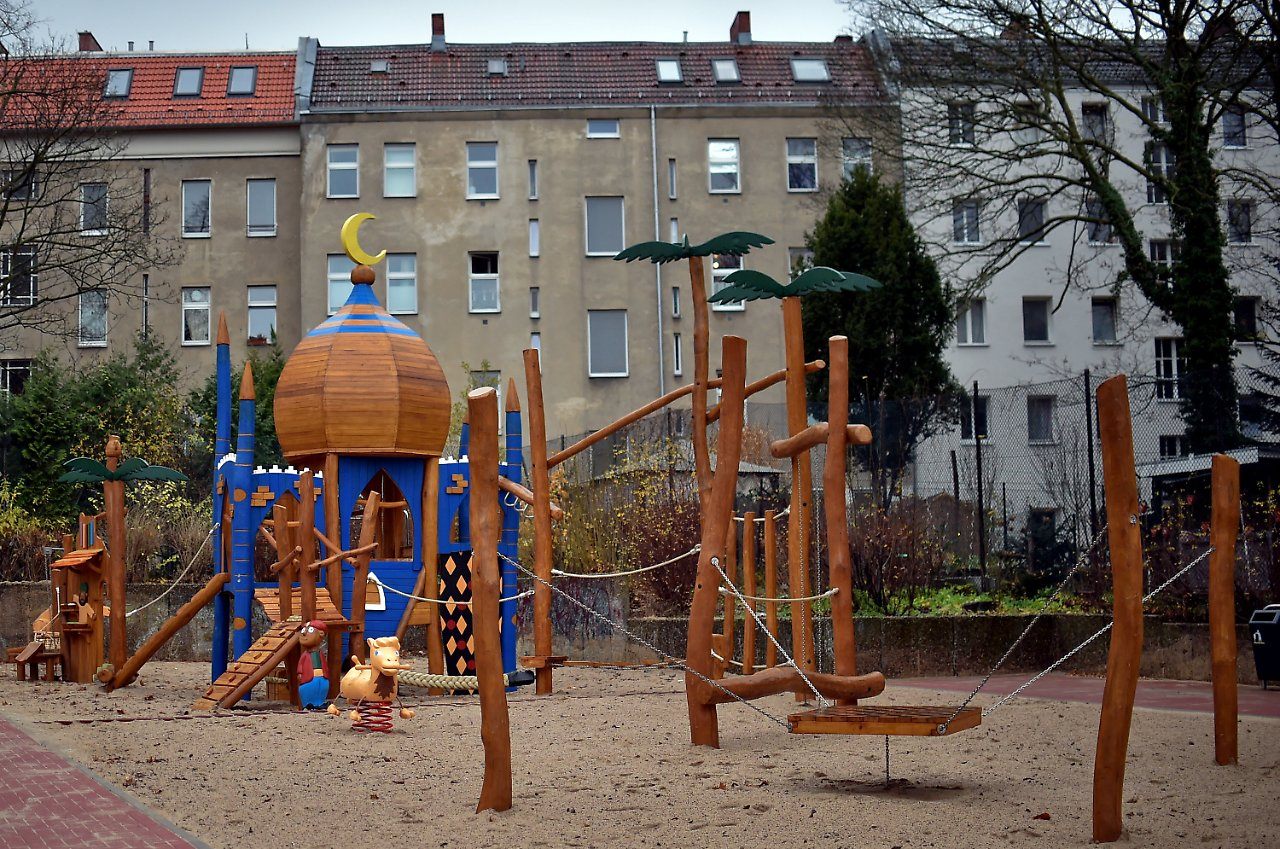 politposse um kuppelbau ali baba spielplatz in berlin er ffnet n. Black Bedroom Furniture Sets. Home Design Ideas