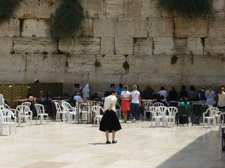 Western Wall und Kotel sind Bezeichnungen für den wichtigsten jüdischen Ort in Jerusalem: die Klagemauer am Tempelberg. Hier beten Männer und Frauen getrennt.