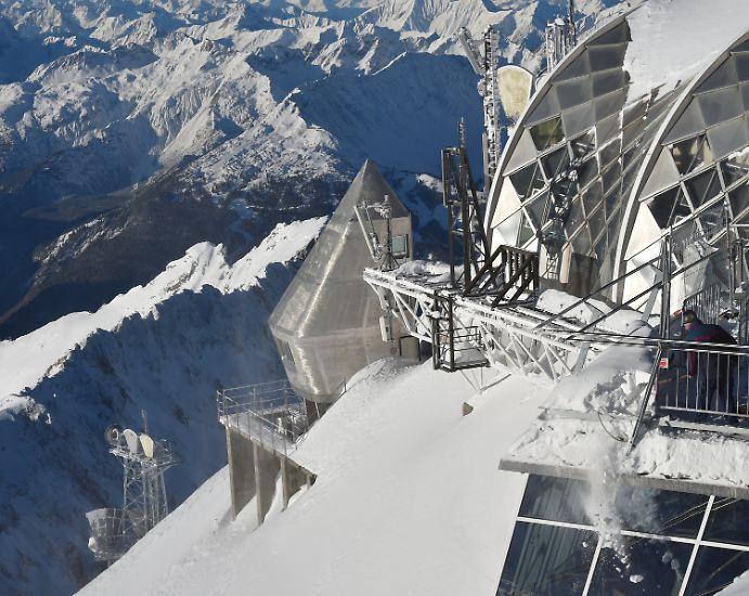 Dafür müssen hier regelmäßig kiloweise Schnee geschippt werden. Was man bei diesem schönen Ausblick vergisst: die Bauarbeiten finden bei Minusgraden unter sehr widrigen Umständen statt.