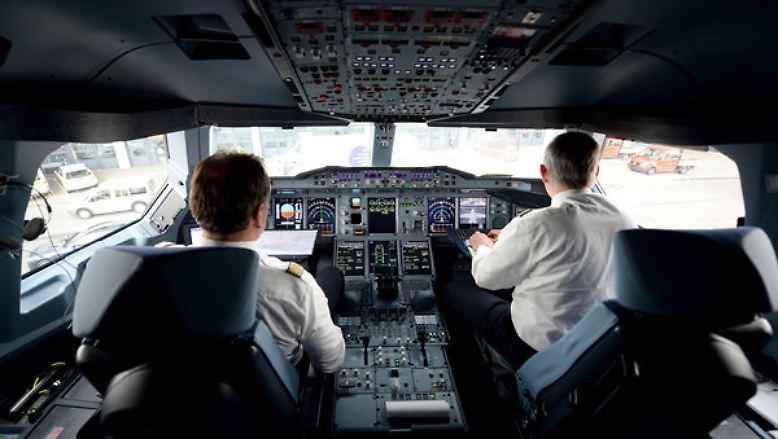 """""""Die Computer in unseren Flugzeugen sind 20 Jahre alt - aber sie funktionieren. Mein iPhone ist zwei Wochen alt, aber es arbeitet nicht mit der Verlässlichkeit, mit der mein Flugzeug funktionieren soll."""" (Lufthansa-Chef Carsten Spohr am 16. Januar zum vorsichtigen Umgang der Luftverkehrsbranche mit neuen Technologien.)"""