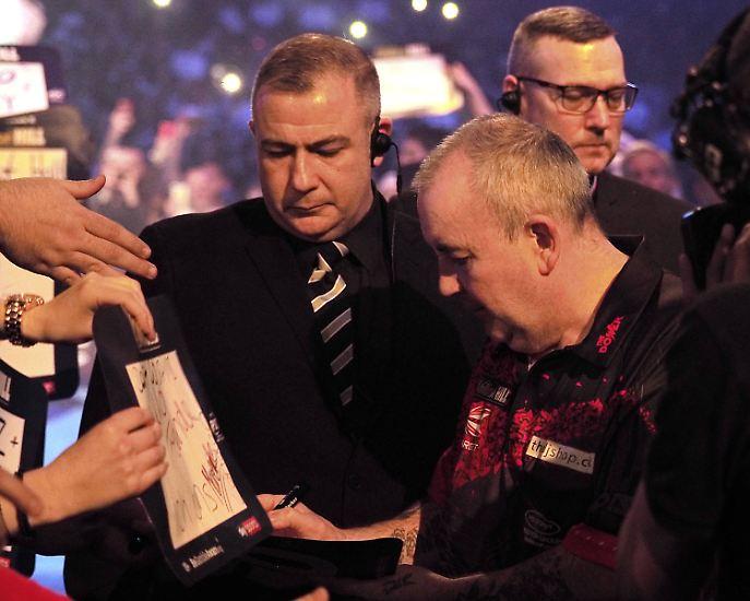 """Zum Abschied schreibt er seinen Fans im Alexandra Palace noch """"Thank you"""" auf einen Zettel und bedankt sich für die jahrelange Unterstützung. (mli/AFP/dpa)"""