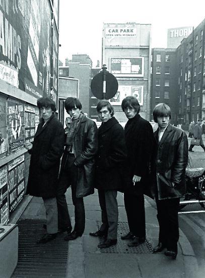 """Als die Rolling Stones anfingen, die Welt zu erobern, wurden sie von zwei jungen Fotografen - Terry O'Neill und Gered Mankowitz - begleitet. Was sie auf Bildern festhielten, ist zu sehen in """"Breaking Stones 1963 - 1965"""". Die Fotos werden ergänzt durch Zitate und Zeitungsartikel aus jener Zeit."""