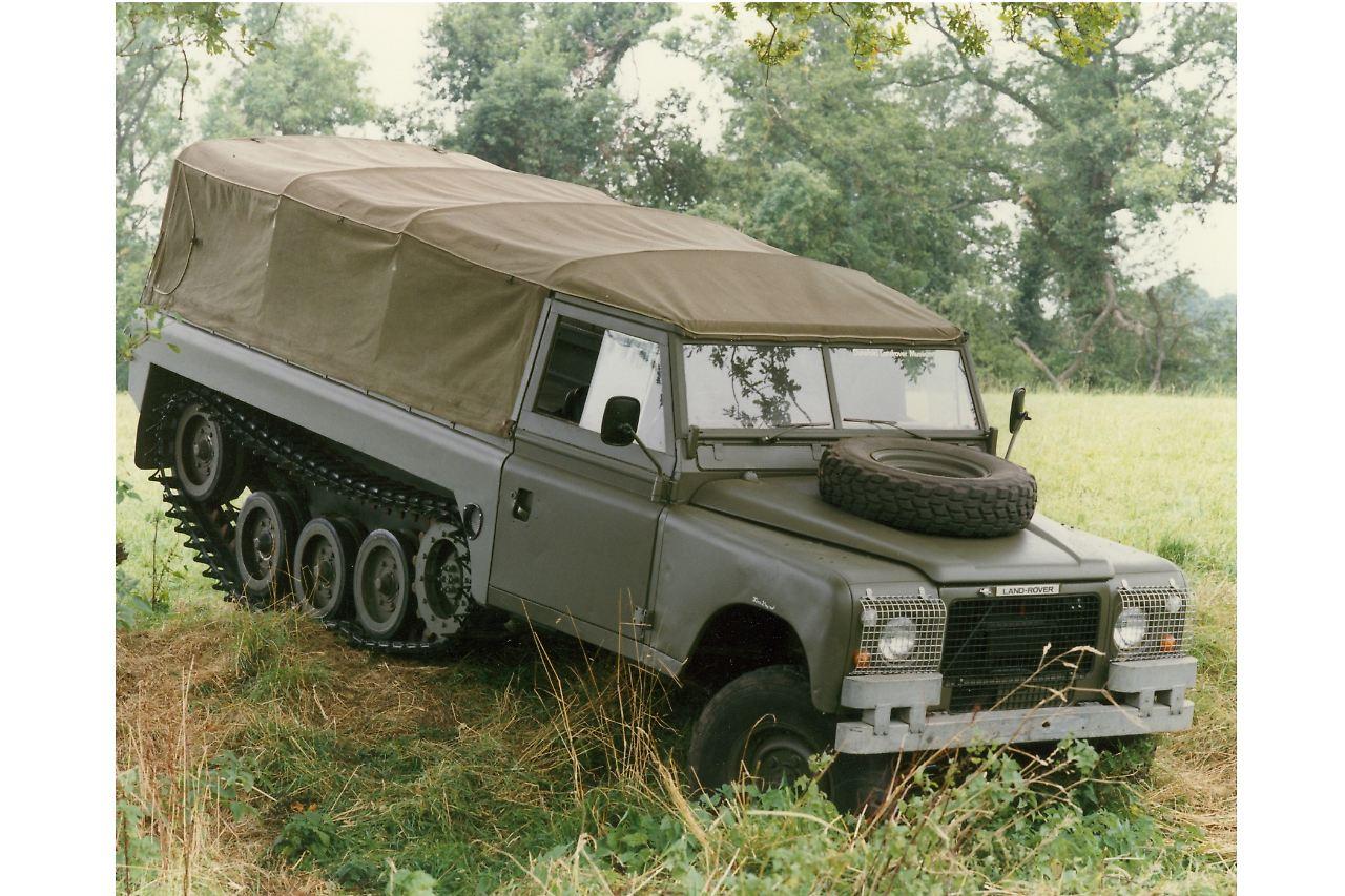 Zum 70 Geburtstag Land Rover Defender Britisch Wie Die Queen N Wer Den Als Individualisiertes Kettenfahrzeug Haben Wollte Der Bekam Ihn Auch So