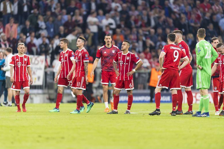 Der Traum des FC Bayern vom Triple droht nach einem äußerst unglücklichen ersten Teil des Gigantenduells mit Real Madrid zu platzen.