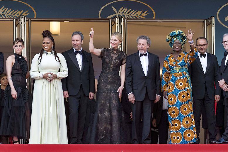 In Cannes werden wieder Filme geguckt - das ist die Jury: Kristen Stewart, Chang Chen, Ava DuVernay, Denis Villeneuve, Cate Blanchett (die Jury-Präsidentin), Robert Guediguian, Khadja Nin und Andrey Zvyagintsev.